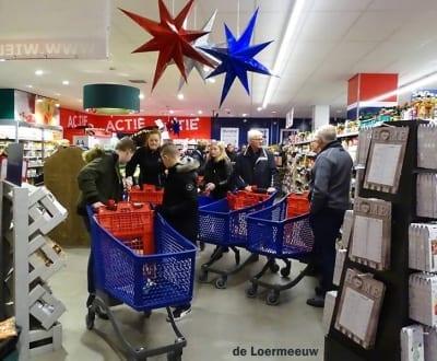 Vrijwilligers WIEL kiezen kerstpakket - Stichting WIEL